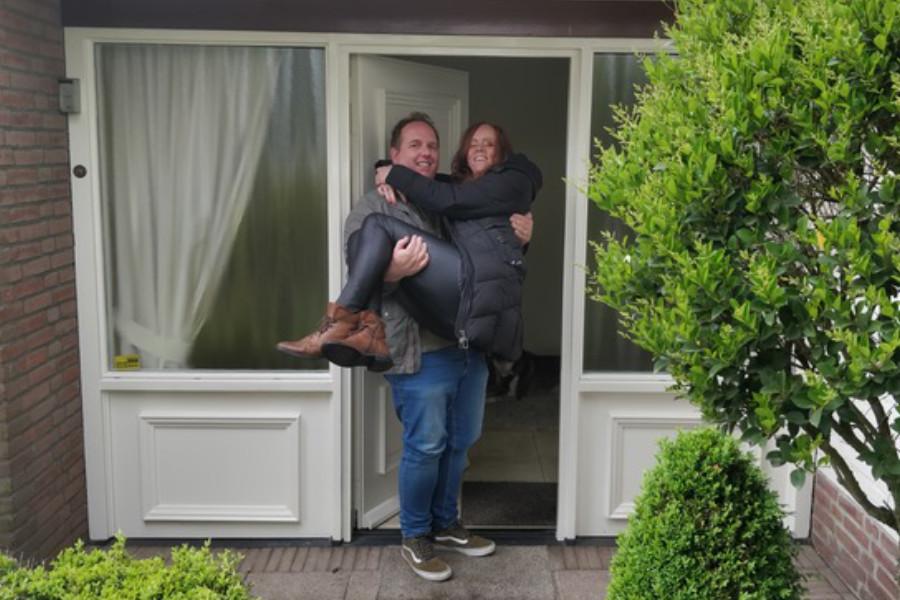 Ondernemer Alfred met vrouw voor hun nieuwe woning.